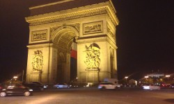 arc de triomphe shines in the night